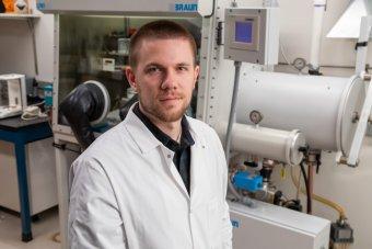 man in lab coat Beckman Postdoctoral Fellowship winner